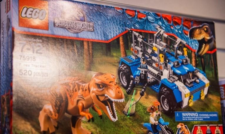наборе Lego с динозаврами