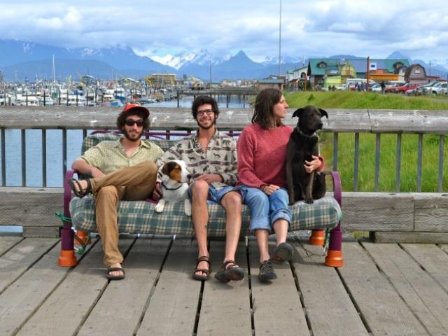 Путешествие по США, не вставая с дивана. Три друга, две собаки и…диван