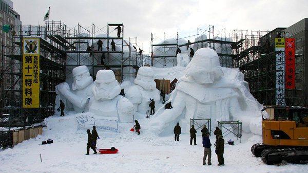 Японская армия построила огромную снежную статую «Звездных войн»