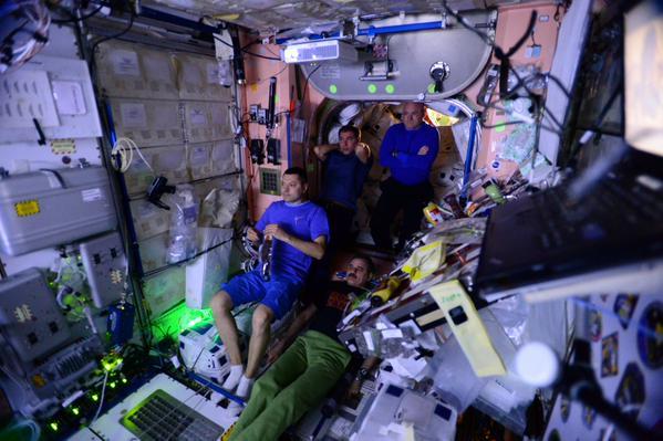 Космонавты на мкс смотрят фильм Марсианин